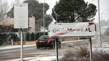 Un coche circula por una carretera nevada este jueves en Ciudad Real