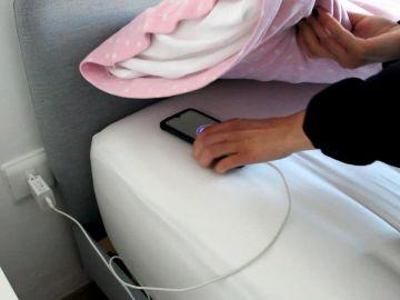 Dormir con el móvil bajo la almohada