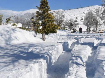 Vista de la nieve caída este jueves en Riaño (León), en una jornada marcada por las fuertes nevadas en casi toda España