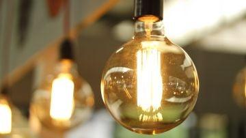 Imagen de archivo de bombillas encendidas