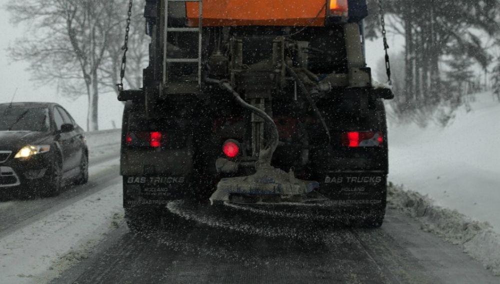 Esparcir sal en la carretera
