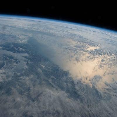 El día solar viene dado por la velocidad de rotación de la Tierra, que puede variar