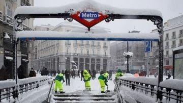 Operarios trabajan para retirar nieve y mejorar la circulación en la Puerta del Sol en Madrid