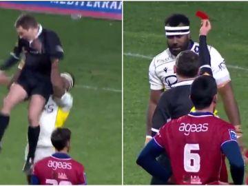 Un jugador de rugby levanta a un árbitro