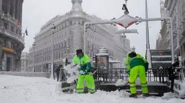 Operarios retiran la nieve caída en Madrid