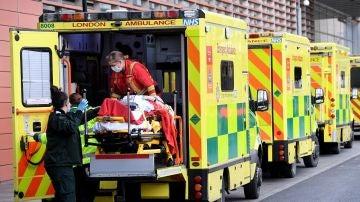 Imagen de sanitarios con un paciente en una ambulancia de Reino Unido