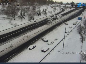 Coches abandonados y cubiertos de nieve en la carretera