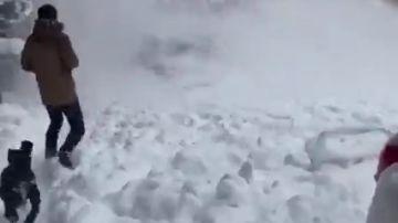 Impactantes imágenes del peligro de la nieve acumulada en las cornisas: casi quedan sepultados bajo la nieve