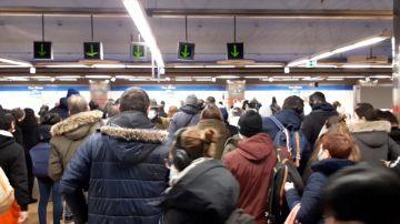 Los usuarios de Metro se aglomeran en los andenes