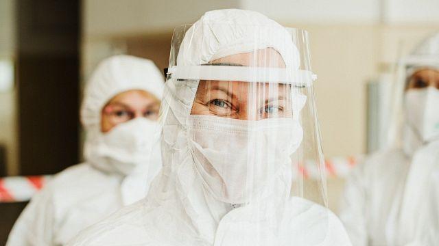 personal sanitario con equipos de protección