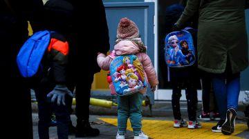 Niños esperan para entrar en un colegio