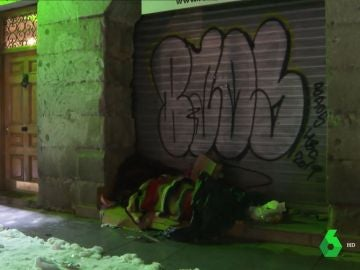 Una persona durmiendo en la calle en Madrid en plena ola de frío