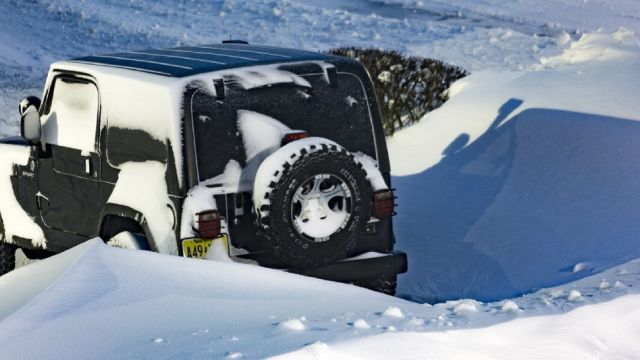 Coche sepultado por la nieve