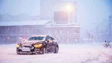 Un coche atrapado en la nieve en Cuatro Caminos, Madrid