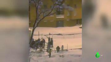 Decenas de personas saquean un camión atrapado por la nieve en la M-30 a la altura de Moratalaz