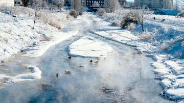 El río Chico congelado a su paso por Ávila