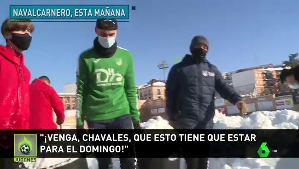 """Futbolistas y aficionados del Navalcarnero retiran la nieve del campo: """"Queremos ganar al Eibar en Copa"""""""