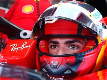 Carlos Sainz se subre al Ferrari de F1