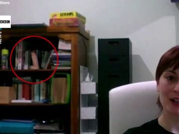 El surrealista vídeo en el que una joven aparece en un debate de la BBC con un juguete sexual detrás