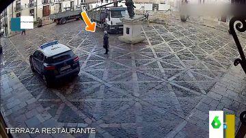 """El """"milagro"""" de la plaza de San Isidoro (León): una mujer se salva de ser aplastada por la estatua que derriba un camión"""