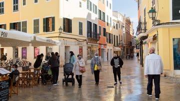 Varias personas pasean por el centro de Ciutadella, en Menorca