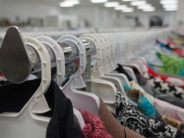 Imagen de una tienda de ropa de segunda mano.