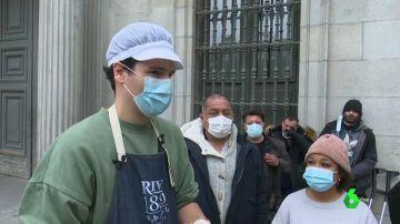 Carlos Soler, el chef 'influencer' que cada domingo releva a los comedores sociales repartiendo comida