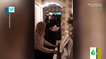 La surrealista detención a una opositora de Putin en su propia casa: hace caso omiso a los agentes mientras toca el piano
