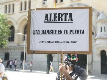 Imagen de una pancarta durante una manifestación en respuesta a las 'colas del hambre' el pasado mes de julio