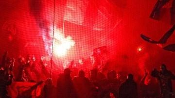 Los Boixos Nois encienden bengalas en el campo del Olympique de Lyon