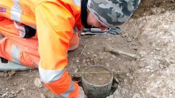 Una arqueóloga mira el hallazgo realizado en las obras del túnel de Stonehenge