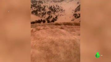 La inusual estampa del Pirineo: el polvo sahariano tiñe de marrón la nieve de la mitad de las pistas de esquí