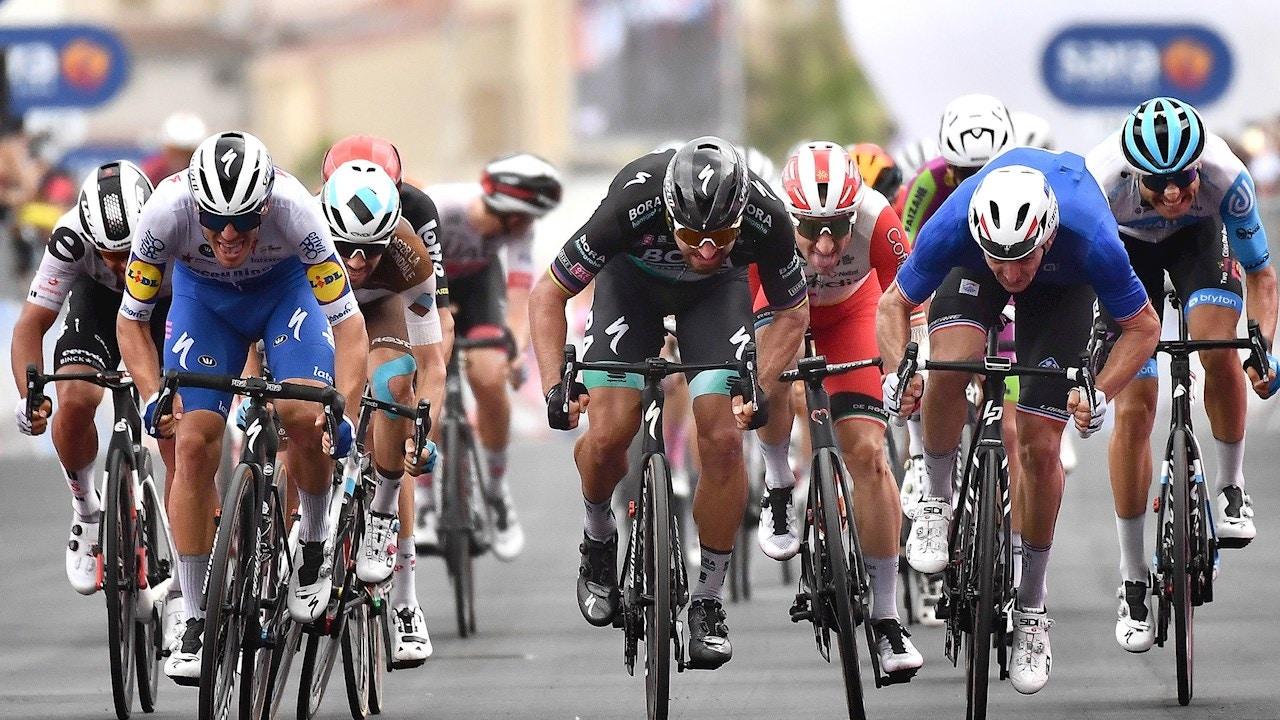 Varios ciclistas en un sprint