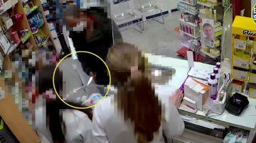 Un atracador amenaza a dos sanitarias con un cuchillo en una farmacia
