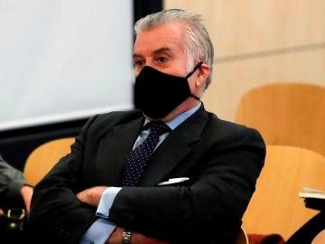 El extesorero del PP, Luis Bárcenas, sentado en el banquillo de los acusados durante la primera sesión del juicio.