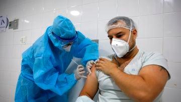 Un sanitario recibe la vacuna contra la COVID-19