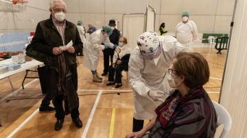 Nuevas restricciones Murcia: Una mujer recibe la primera dosis de la vacuna contra el coronavirus en un dispositivo instalado en un pabellón en Cartagena (Murcia)