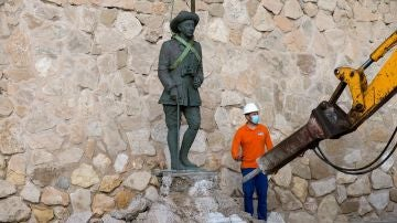 Imagen de la retirada de la estatua de Franco en Melilla