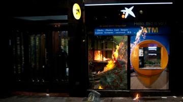 Sucursal bancaria destrozada en Barcelona por grupos de violentos