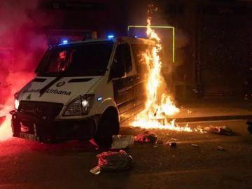 Imagen del furgón de la Guardia Urbana quemado por los acusados