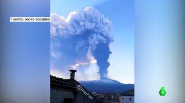El volcán Etna vuelve a rugir con una erupción que provoca una lluvia de ceniza y lava y una inmensa columna de humo