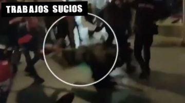 Uno de los momentos de la agresión a la oficial