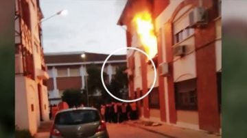 Una mujer salta por la ventana para escapar de un incendio