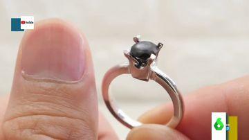 El asqueroso regalo de un novio a su pareja: un anillo de compromiso hecho de sus propias uñas