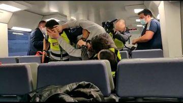 Reducen a un viajero que atacó a los vigilantes.