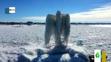 Una inquietante escultura de un ángel de hielo aparece en un lago de Michigan