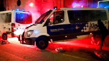 Los manifestantes durante el ataque a la comisaría de La Rambla este sábado en Barcelona.