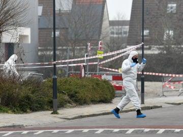 Los oficiales forenses investigan el área en el lugar de una explosión en un lugar de prueba de la enfermedad por coronavirus (COVID-19) en Bovenkarspel, cerca de Amsterdam