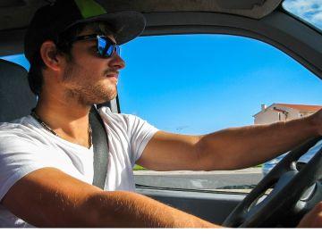 Joven conduciendo un vehículo
