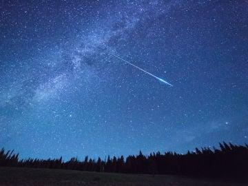 Meteorito surcando el cielo nocturno